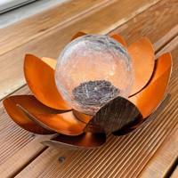 Lotusblume Solar LED Gartenlicht mit einer warmweißen LED, Solarpanel und Akku Produktfoto